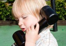 El jugar del teléfono del niño Foto de archivo
