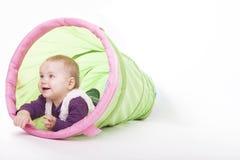 El jugar dentro de un túnel del juguete Fotos de archivo libres de regalías