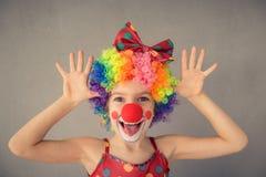 El jugar divertido del payaso del niño interior fotografía de archivo libre de regalías