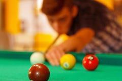 El jugar en actividad de la piscina del billar foto de archivo libre de regalías