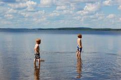 El jugar en el lago fotografía de archivo libre de regalías