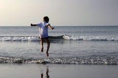 El jugar en el mar Imagen de archivo libre de regalías