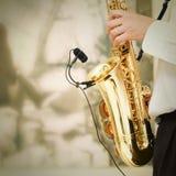 El jugar en el saxofón Fotos de archivo libres de regalías