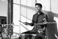 El jugar en el tambor fotografía de archivo libre de regalías