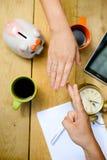 El jugar en juego del piedra papel o tijera sobre el tablero de la mesa fotografía de archivo libre de regalías