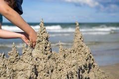 El jugar en la arena en la playa Fotos de archivo libres de regalías