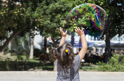 El jugar en la ciudad con una burbuja enorme fotos de archivo libres de regalías