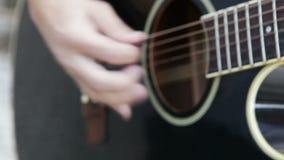 El jugar en la guitarra acústica almacen de video