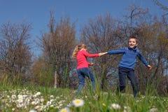 El jugar en la hierba Foto de archivo libre de regalías