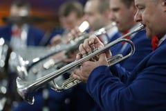 El jugar en la orquesta en la trompeta fotografía de archivo libre de regalías