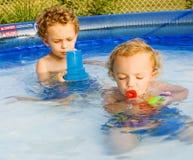 El jugar en la piscina Fotografía de archivo libre de regalías