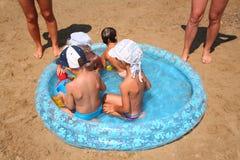 El jugar en la piscina del juguete Imagenes de archivo