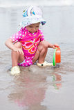 El jugar en la playa Foto de archivo libre de regalías