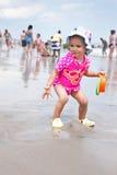 El jugar en la playa Imágenes de archivo libres de regalías