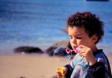 El jugar en la playa. fotos de archivo