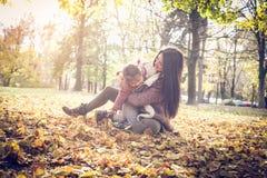 El jugar en las hojas caidas foto de archivo libre de regalías