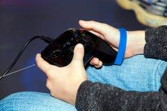 El jugar en los juegos de ordenador video con la palanca de mando Fotografía de archivo