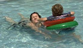 El jugar en piscina Foto de archivo libre de regalías
