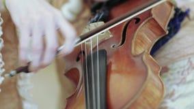 El jugar en el violoncelo almacen de metraje de vídeo