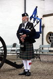 El jugar escocés del gaitero Imágenes de archivo libres de regalías
