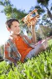 El jugar exterior del muchacho joven con su aeroplano modelo Fotografía de archivo
