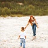 El jugar feliz de la madre y del hijo imágenes de archivo libres de regalías