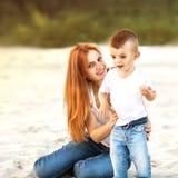 El jugar feliz de la madre y del hijo foto de archivo libre de regalías
