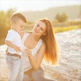 El jugar feliz de la madre y del hijo fotos de archivo