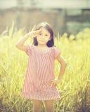 El jugar feliz de la muchacha al aire libre Imágenes de archivo libres de regalías