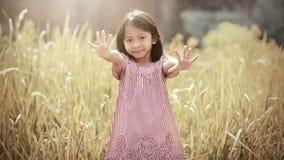 El jugar feliz de la muchacha al aire libre Imagen de archivo libre de regalías