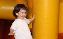 El jugar feliz de risa del niño Fotografía de archivo
