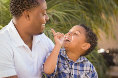 El jugar feliz del padre y del hijo de la raza mezclada Imagen de archivo libre de regalías