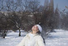 El jugar femenino joven con nieve en invierno Foto de archivo libre de regalías
