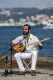 El jugar iraní del músico expedientes setar una canción adyacente al Bosphorus en Estambul en Turquía Imagenes de archivo