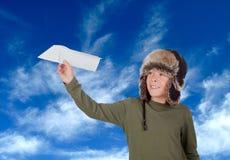 El jugar joven del aviador con un aeroplano de papel Fotografía de archivo libre de regalías