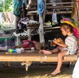 El jugar largo de la niña de la tribu del cuello Fotos de archivo libres de regalías