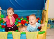 El jugar lindo de los bebés Fotografía de archivo
