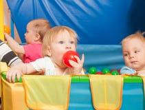 El jugar lindo de los bebés Imágenes de archivo libres de regalías