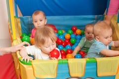 El jugar lindo de los bebés Imagenes de archivo