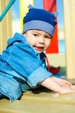 El jugar lindo del muchacho al aire libre Imagen de archivo
