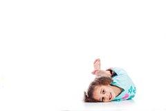 El jugar lindo del niño foto de archivo