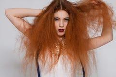 El jugar modelo femenino con el pelo muy rizado Foto de archivo