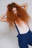 El jugar modelo femenino con el pelo muy rizado Imagenes de archivo