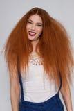 El jugar modelo femenino con el pelo muy rizado Imagen de archivo