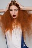El jugar modelo femenino con el pelo muy rizado Imágenes de archivo libres de regalías