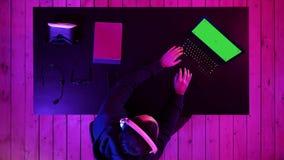 El jugar profesional del videojugador del eSport Exhibición verde de la maqueta de la pantalla almacen de metraje de vídeo