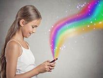 El jugar que manda un SMS de la muchacha del adolescente en smartphone Fotos de archivo libres de regalías