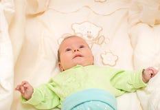 El jugar recién nacido del bebé foto de archivo