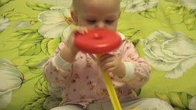 El jugar recién nacido elegante con un juguete de la pirámide 4K UltraHD, UHD almacen de video