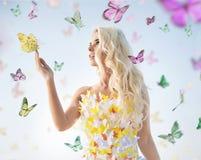 El jugar rubio delicado atractivo con las mariposas Imagen de archivo